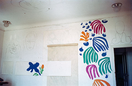 El desarrollo de The Parakeet and the Mermaid en las paredes del estudio de Matisse en el Hôtel Régina, Niza, 1952