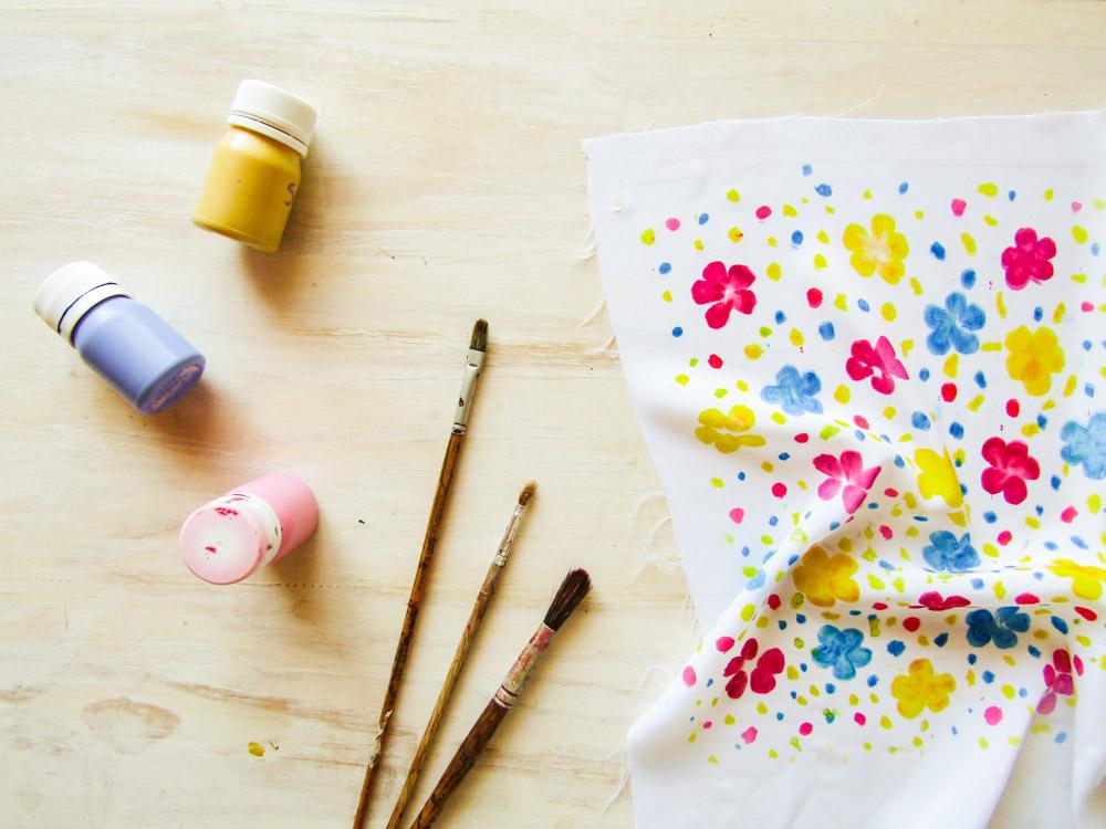 Estampar tela con motivos florales