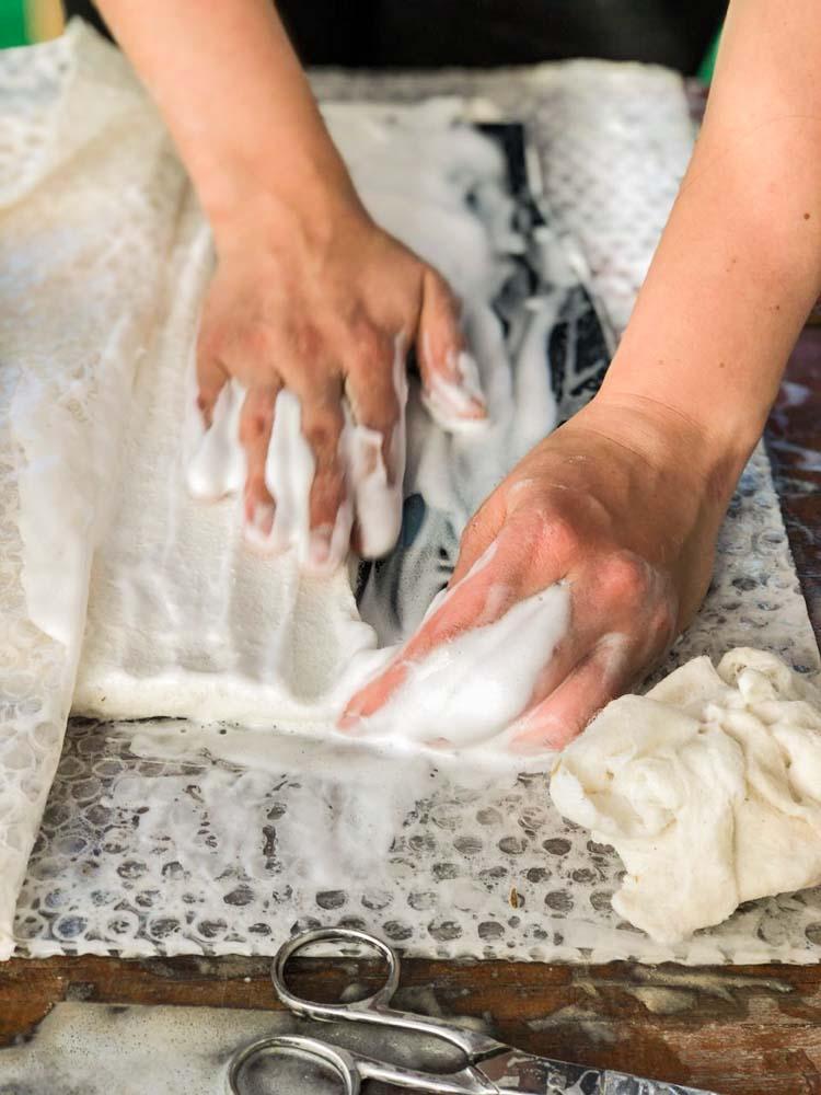 Foto de Mariana Mauad- Amasado del paño textil