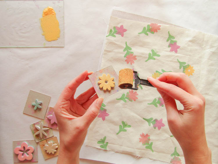 Como estampar con sellos sobre tela